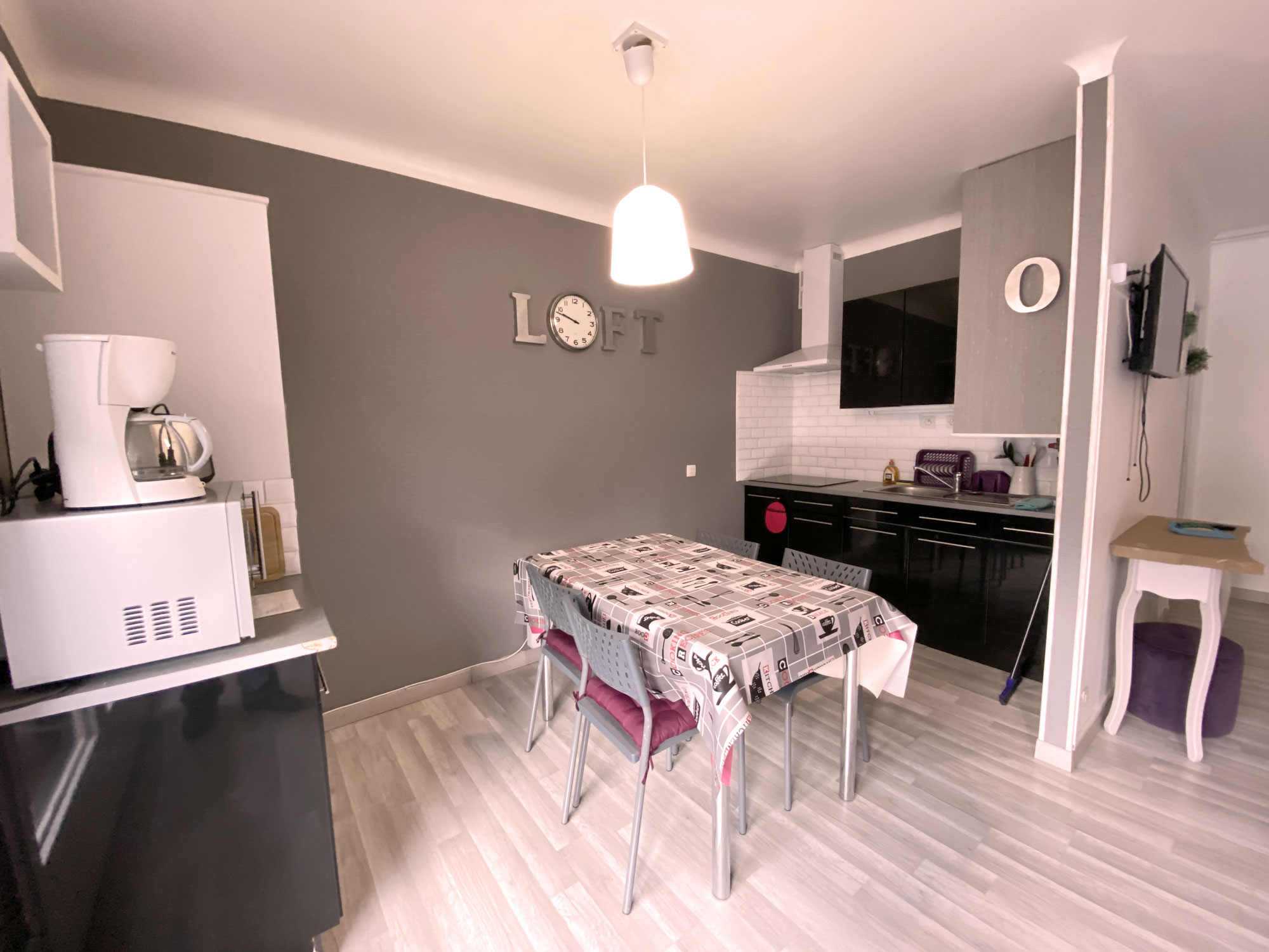 Cuisine meubles noirs , murs gris et blanc