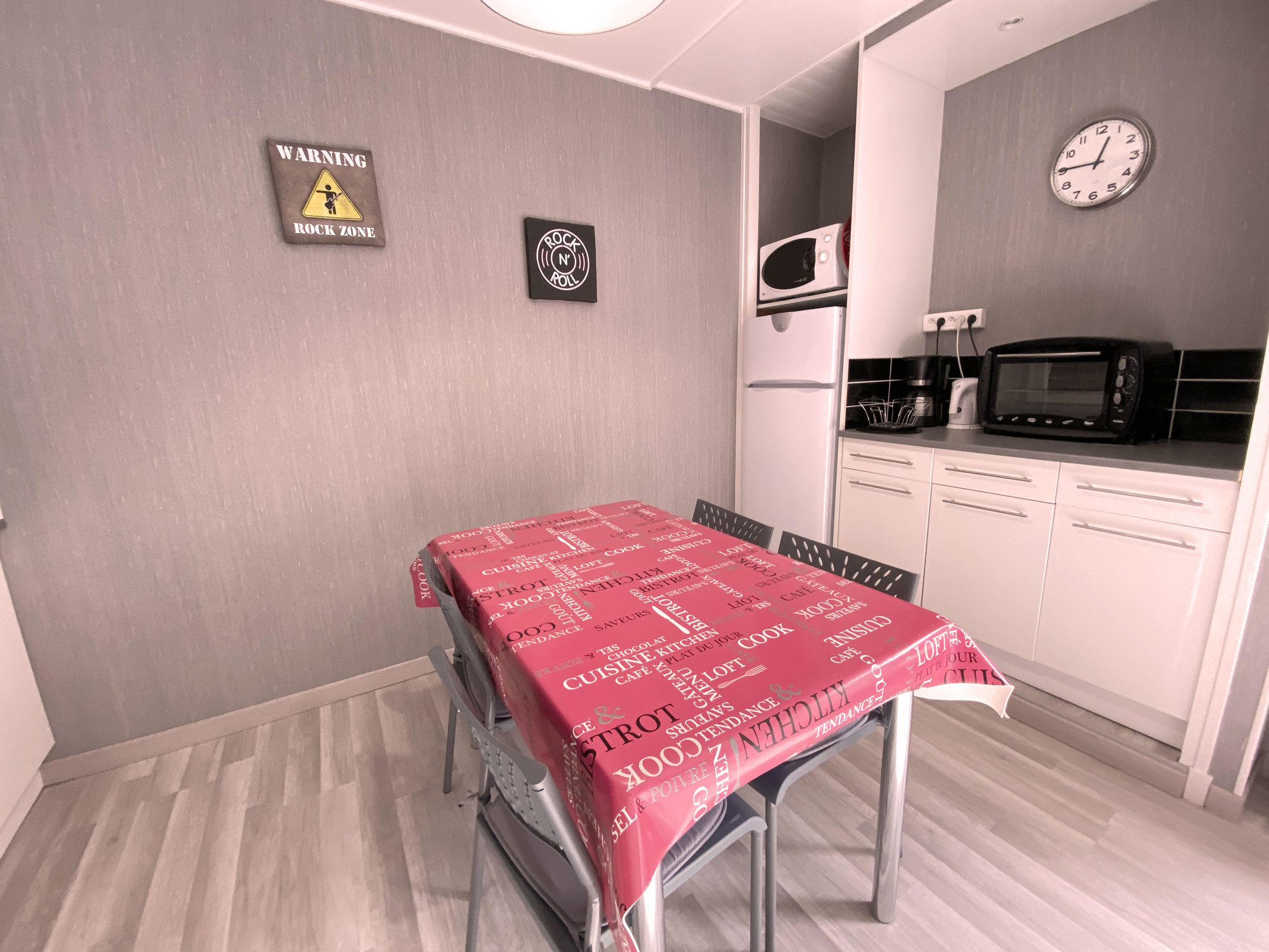 Vue Cuisine , table , micro-ondes , mini four...