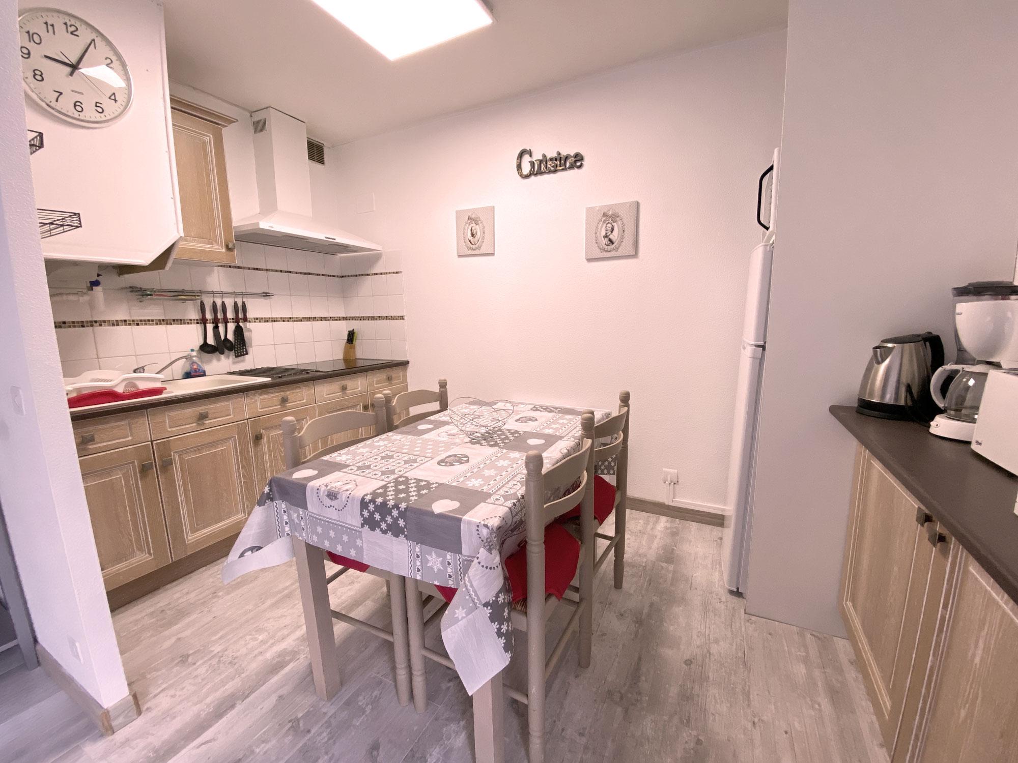 Vue sur la cuisine gris clair