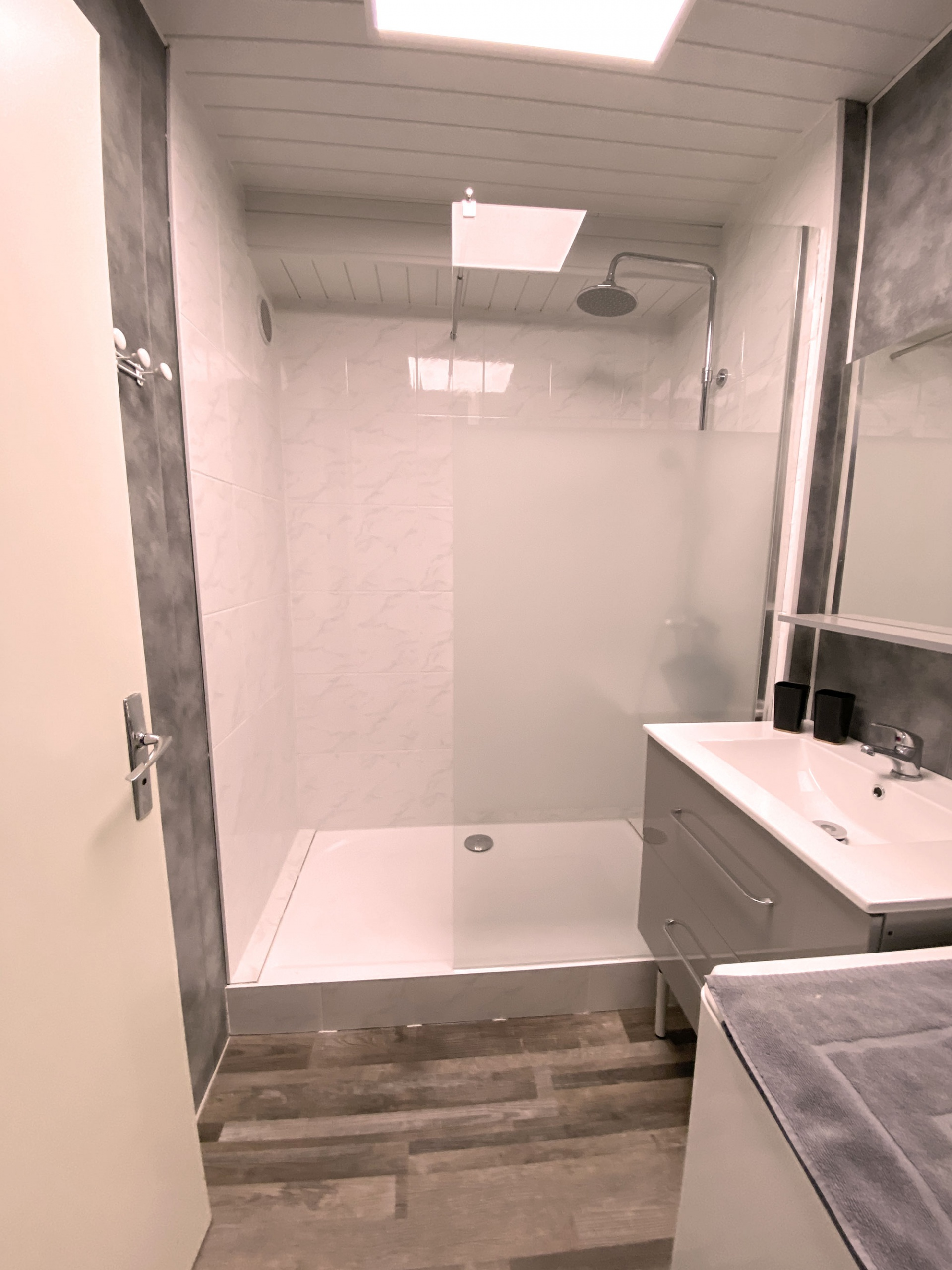 Vue sur la salle de bain avec douche , lavabo , lave linge