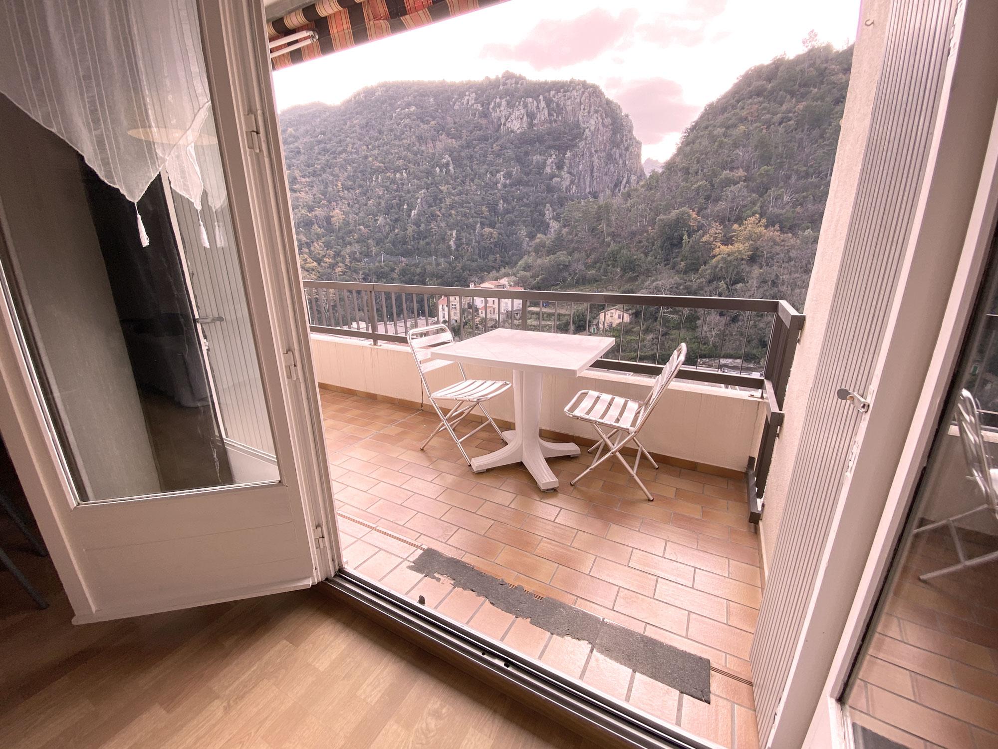 Vue sur le balcon avec table et chaises