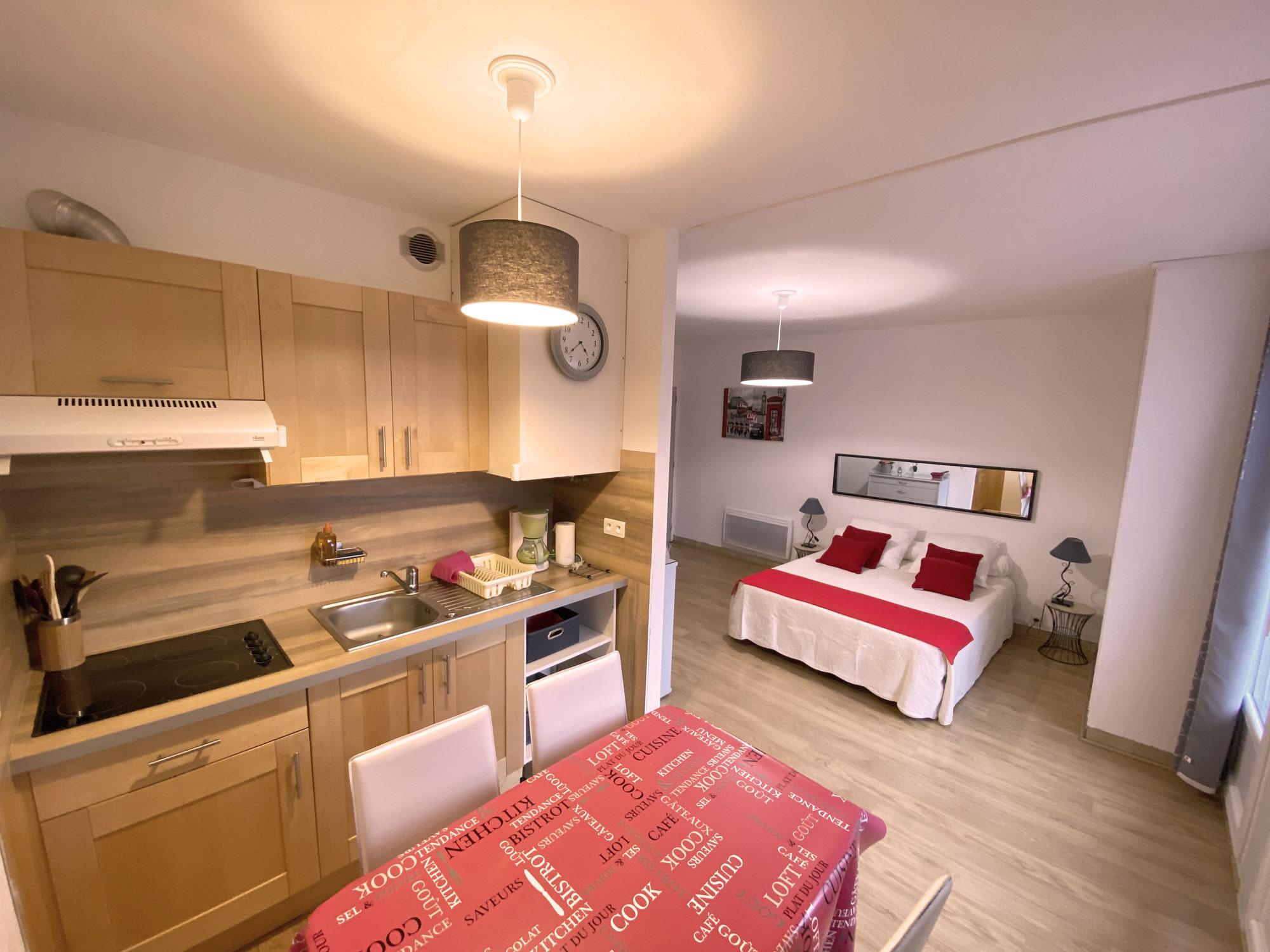 Cuisine blanche et bois lit blanc appartement 73