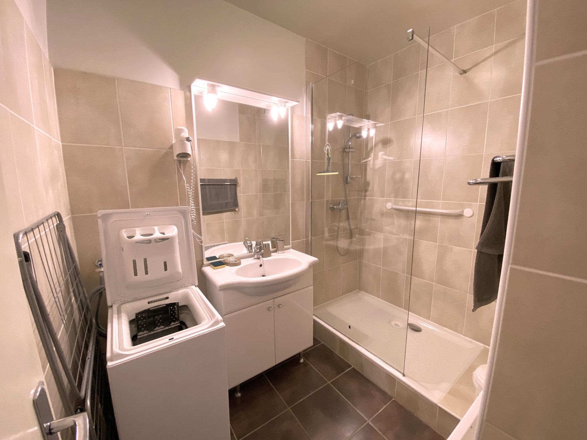 Salle de bain blanche et crème appartement 73