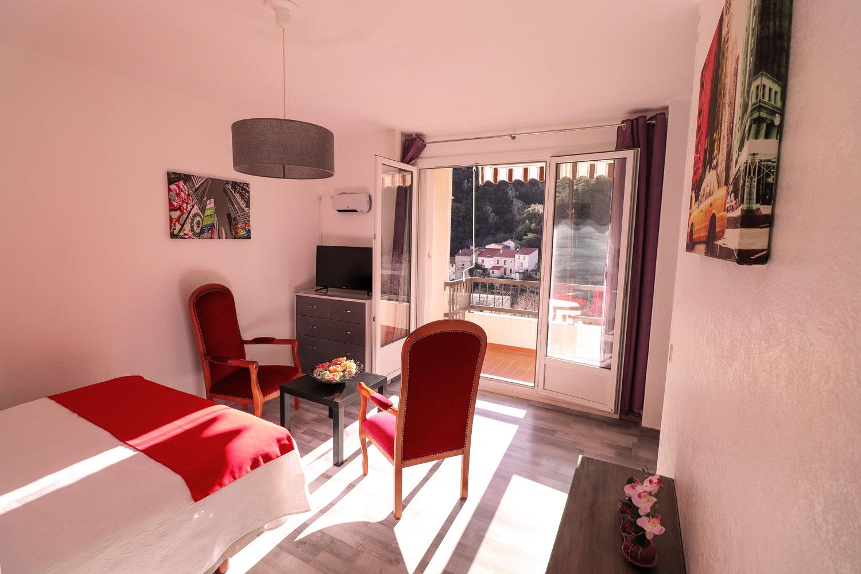 Sejour , Table basse , chaises , porte-fenêtre accès balcon