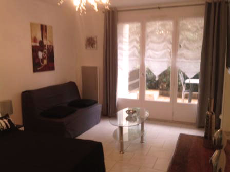 Canapé , table basse , porte fenêtre (vue sur terrasse)
