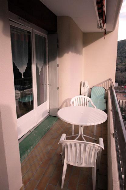 Balcon , table , et 2 chaises