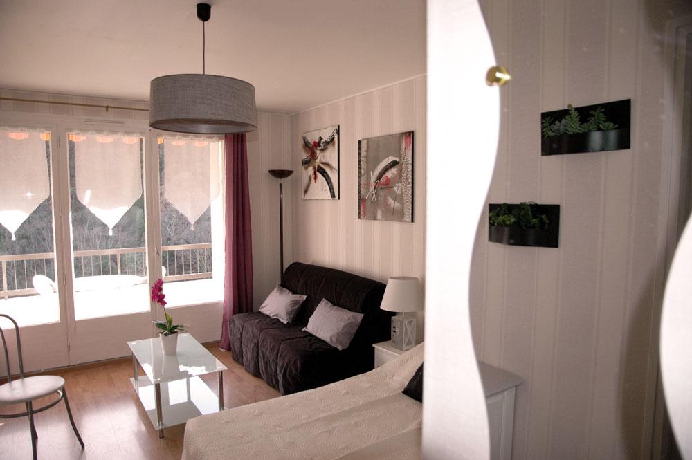 Lit , canapé , table basse , Porte fenêtre (accès balcon)