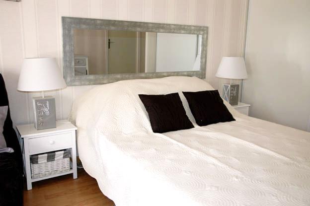 Chambre grise claire , Lit , miroirs , table de nuit