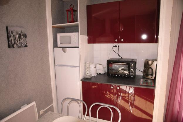 Frigidaire , micron ondes , mini four , meubles rouges