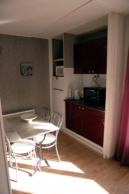 Frigidaire , Micro-onde , mini four , table et chaises , meubles rouges