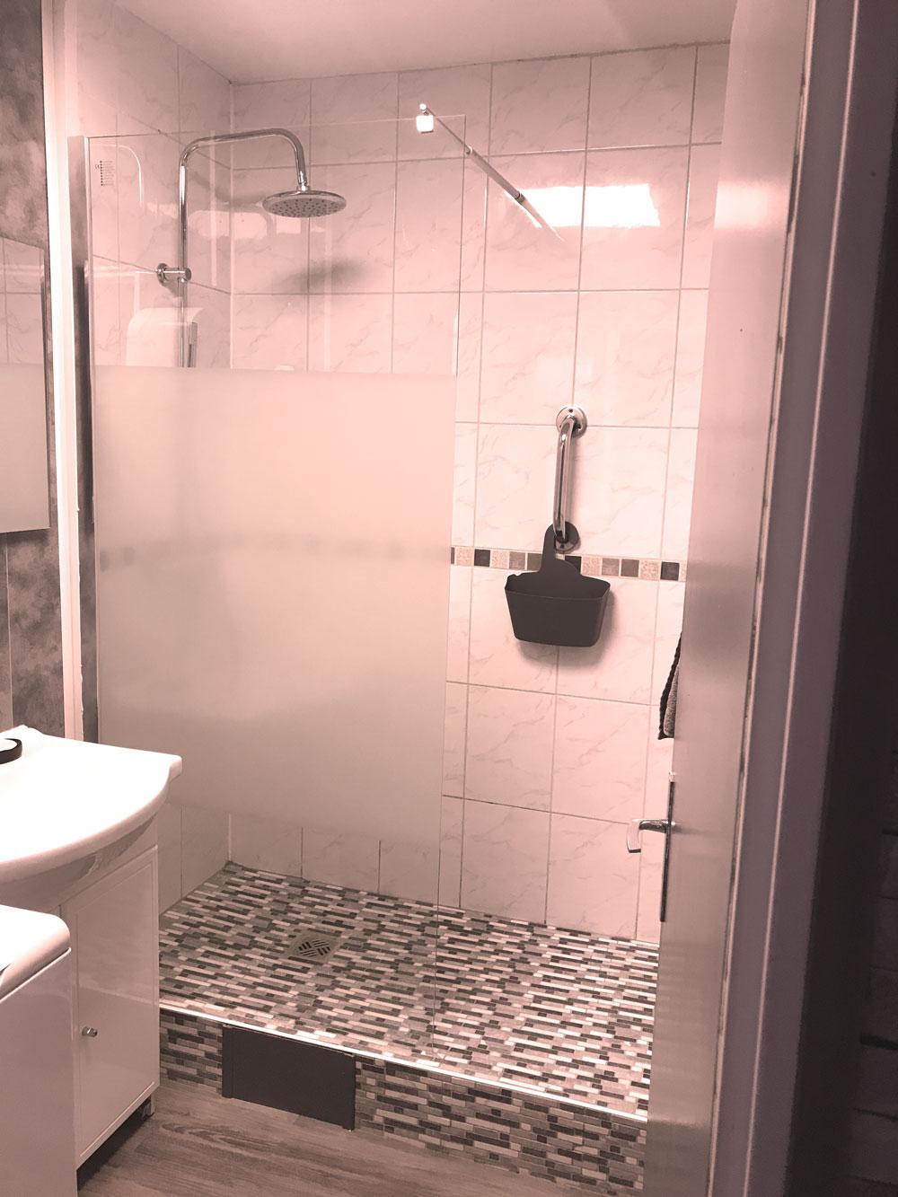 vue sur salle de bain grise