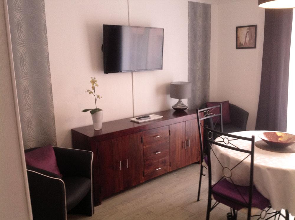 Meuble , table , chaises , TV , fauteuil