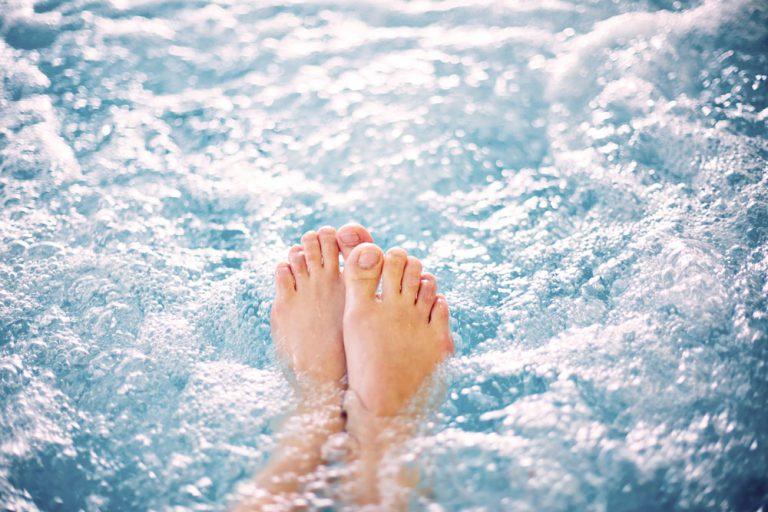 vue de pieds dans l'eau du bain